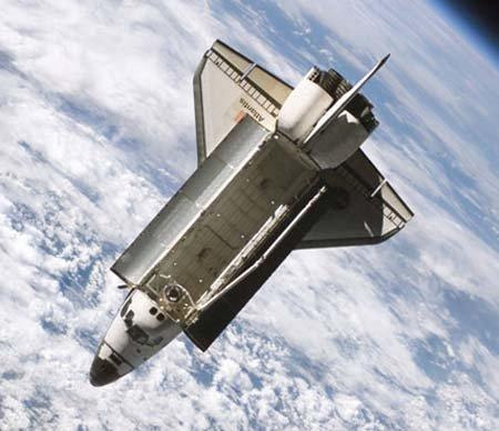2 Рядом с Атлантисом прошел фрагмент космического мусора