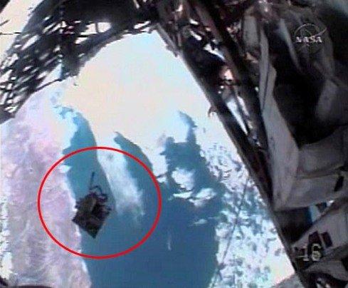 1 Сумка с инструментами, потерянная американской астронавткой, упала в Тихий океан
