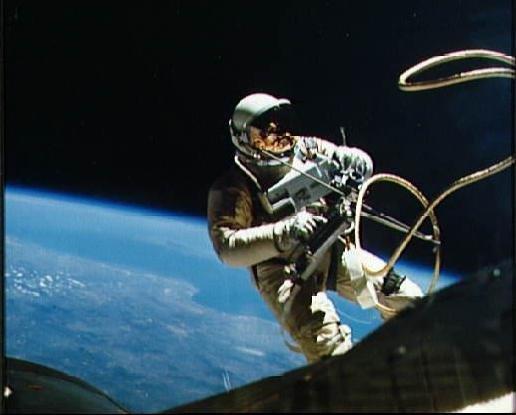 d0bad0bed181d0bcd0bed1811 Астронавты шаттла Дискавери второй раз вышли в открытый космос