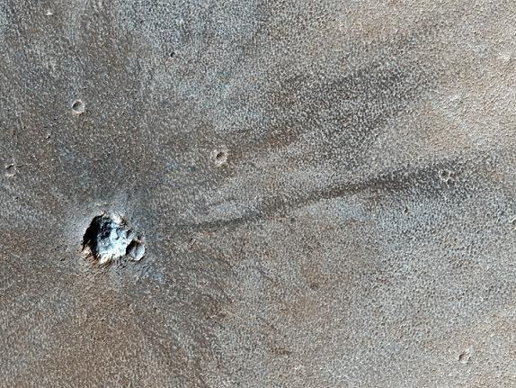 v13 MRO сделал снимки молодого кратера на Марсе