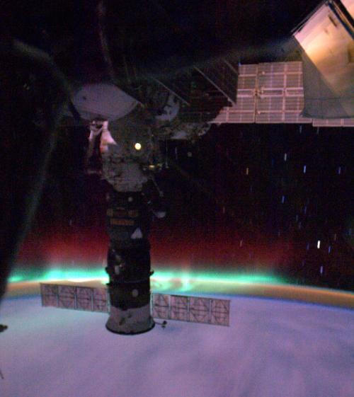 МКС-пролетает-через-северное-сияние Японский астронавт сфотографировал северное сияние изнутри
