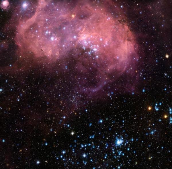 100622074722-large Сфотографирована туманность, в которой находится скопление молодых звёзд