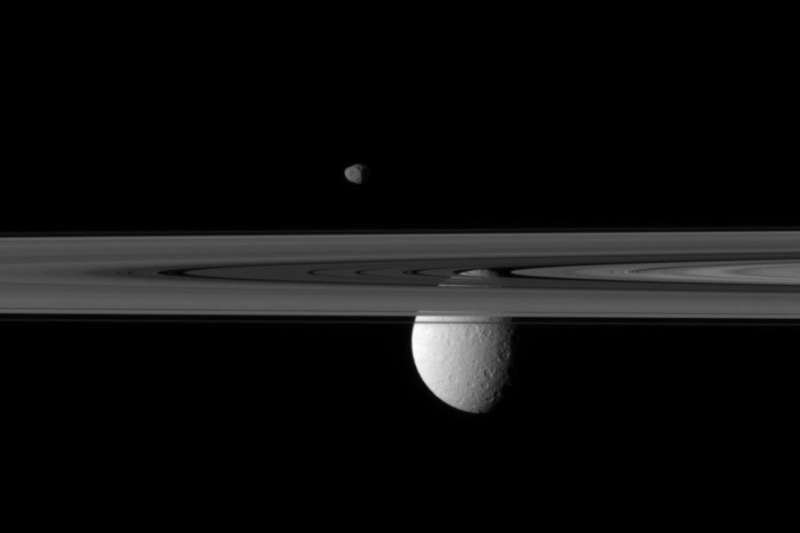 13 Зонд Кассини обнаружил на спутнике Сатурна кислородную атмосферу