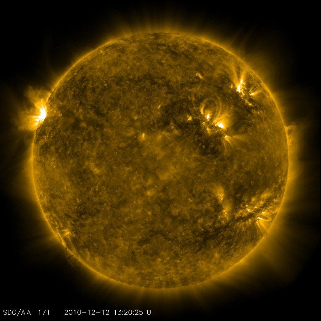 117-1024x1024 Спутник NASA сфотографировал улыбку Солнца