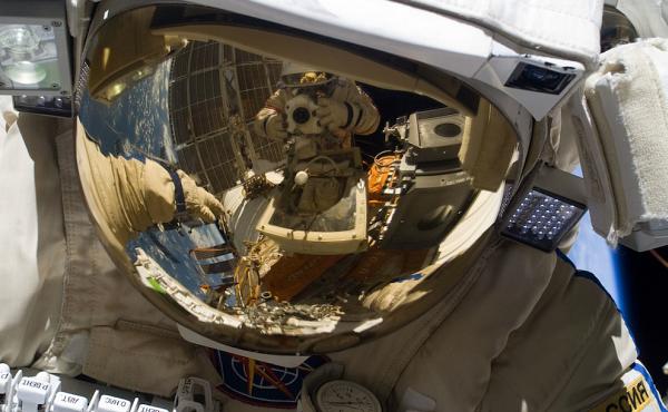 фотография-в-шлеме Планета Земля под прицелом объектива астронавта-фотохудожника