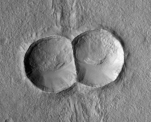 12 На Марсе существуют двойные и тройные кратеры