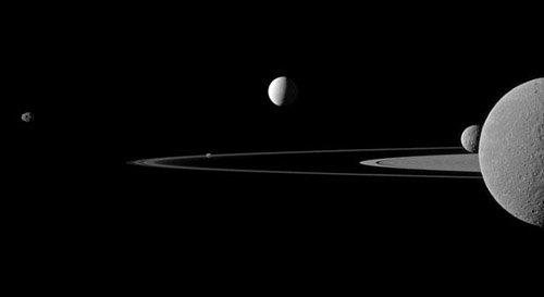 pia14573-640 Получены новые качественные снимки спутников Сатурна