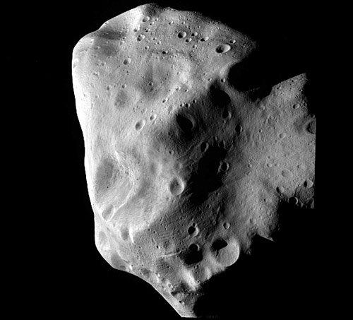 4closestapproach6 Астероид Лютеция отрывает свои тайны