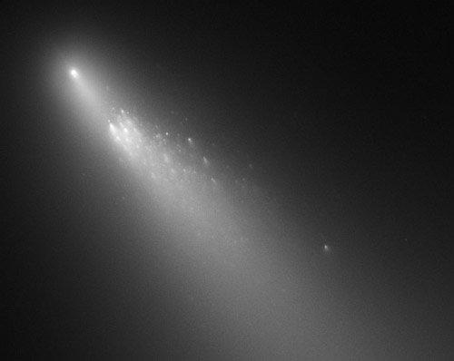 fragb_73p_hst_c Возможно, в 1883 году Земля едва не столкнулась с кометой