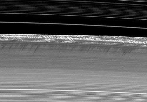 2 Астрономы поняли механизм формирования сгустков в кольцах Сатурна