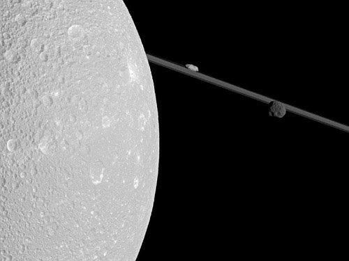 617316main_cassini_1600_946-710 Космический аппарат «Кассини» прошел очень близко от Дионы