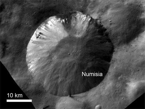 2-1-1 Зонд Dawn обнаружил неожиданные детали на поверхности астероида Веста