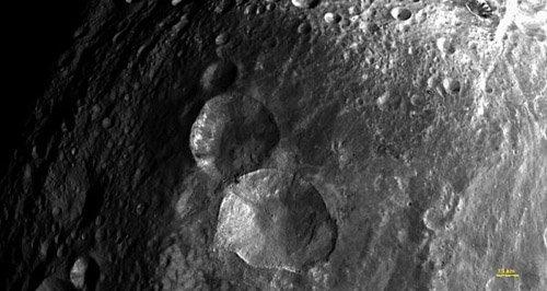 22 Зонд Dawn обнаружил неожиданные детали на поверхности астероида Веста