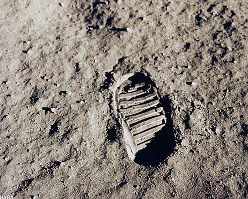 090710-moon-footprint-02 Причиной странного поведения лунного грунта являются наночастицы